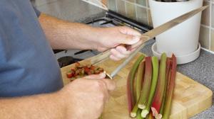 Un mancino si affila il coltello con la lama centrale